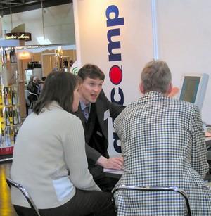 Gespräch mit Kunden auf der Messe ProWein
